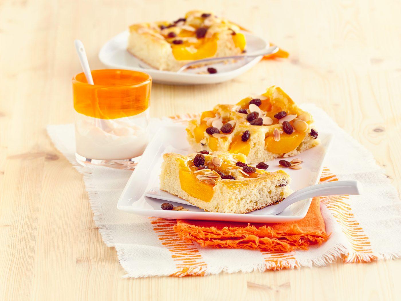 California Raisins Pfirsich-Rosinen-Blechkuchen mit Marzipan